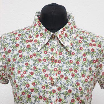 Look 50s: Camisa de flores y falda de vuelo