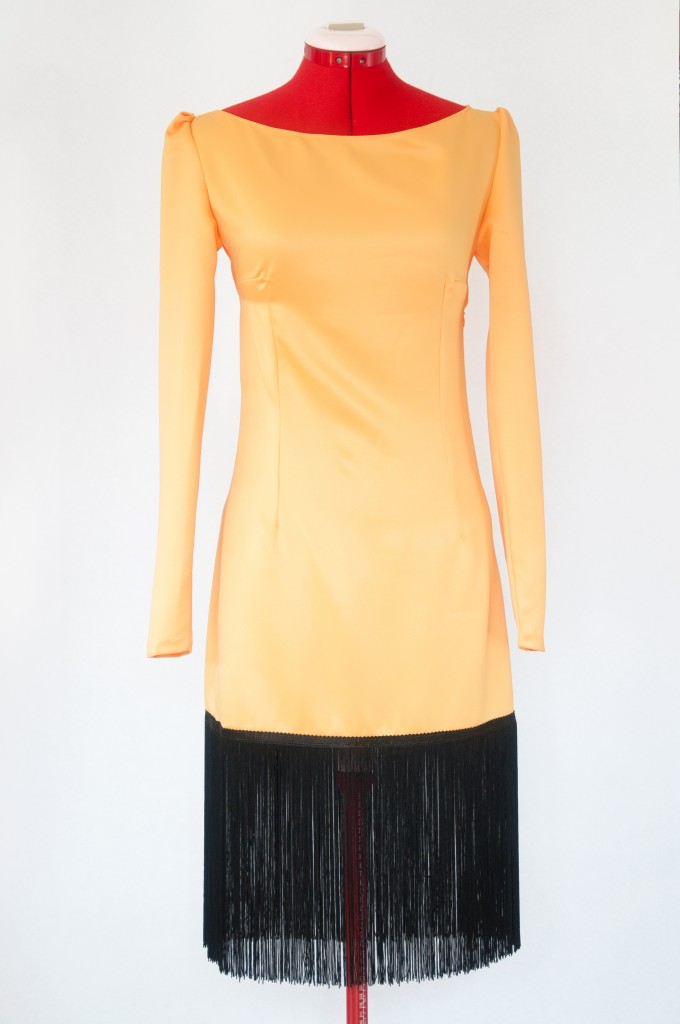 Vestido-Maria-saten-amarillo-flecos-negro