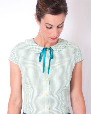 Camisa pin up de cuadros vichy turquesa y vainilla con botones amarillos y lazo en el delantero