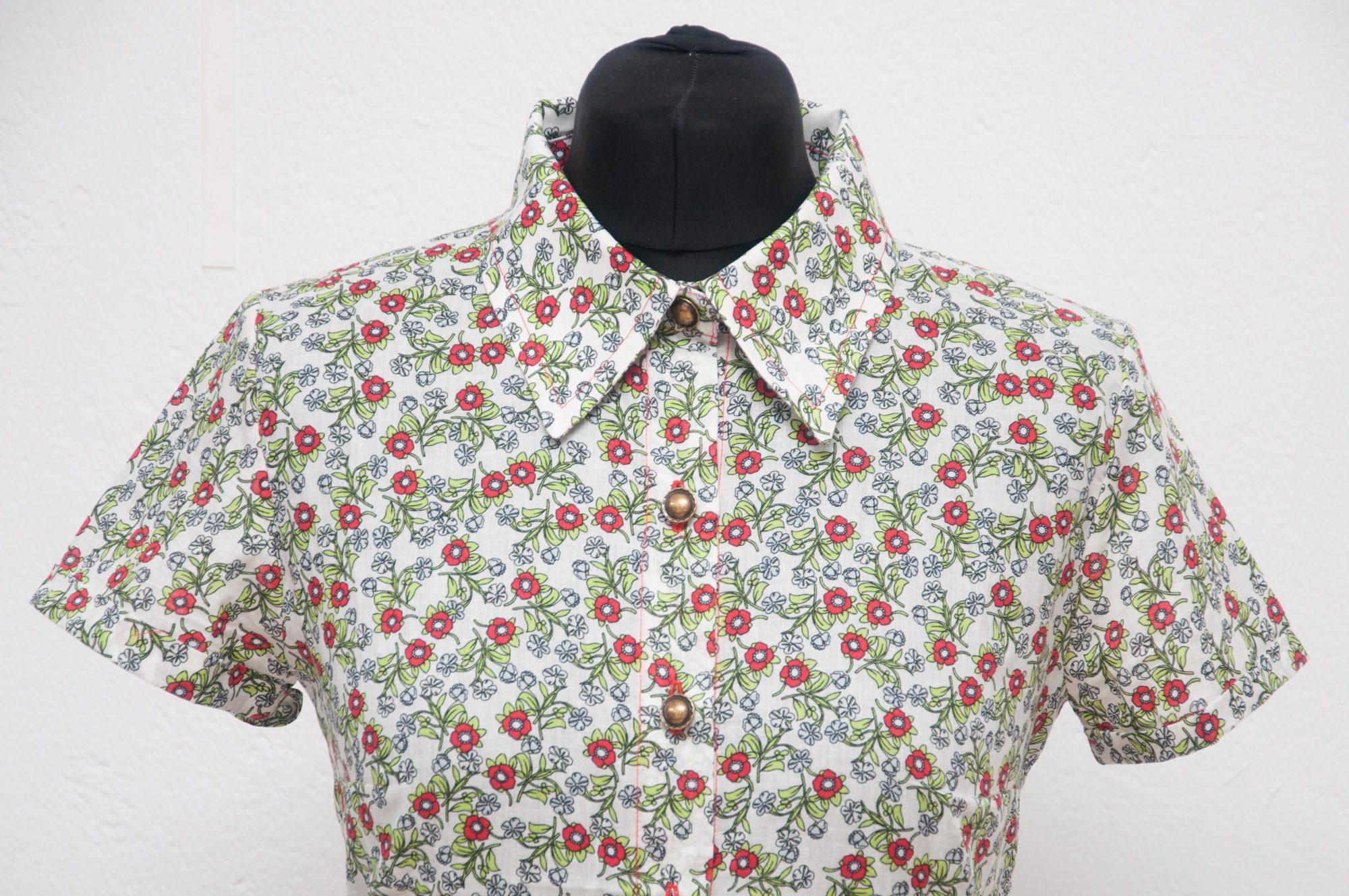 Camisa flores botones metalicos